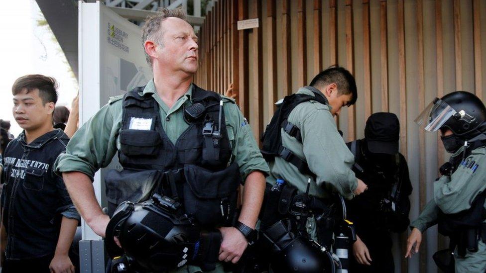 香港警方高層陶輝等捲入違章建築爭議。記者調查時一度被捕