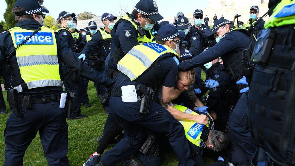 полицијата се бори со демонстрант