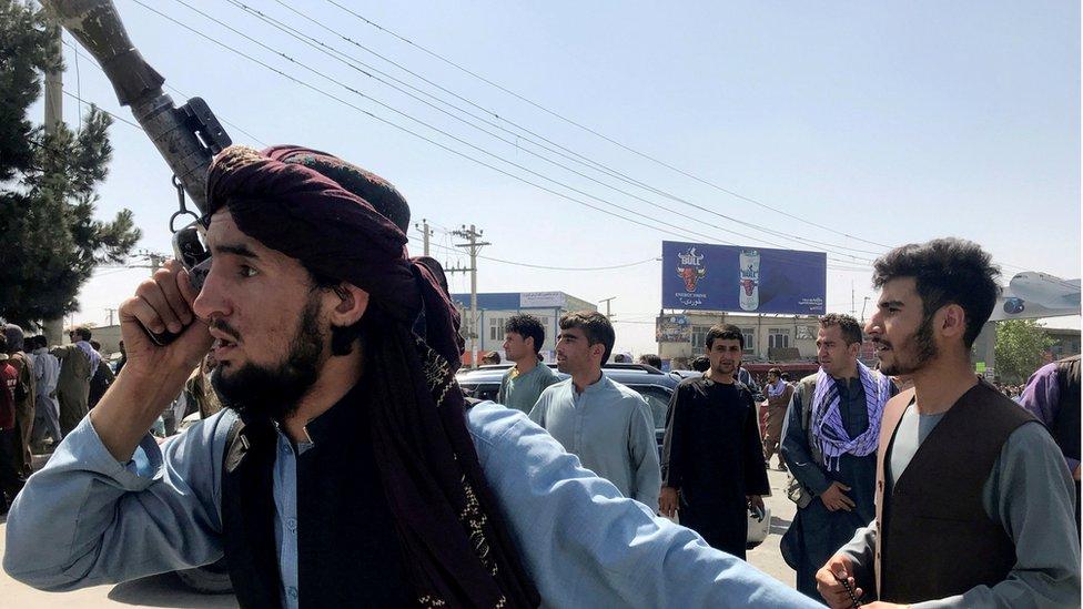 Combatientes talibanes en el aeropuerto