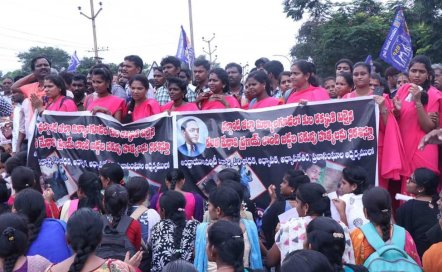 Grupos de parias protestan contra el asesinato de Pranay