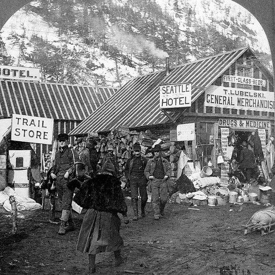 Comercios para atender a los mineros en el Yukón.