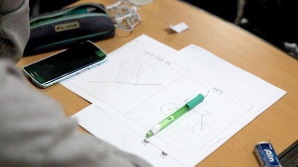 Dibujo en la clase de la universidad de Corea del Sur para encontrar pareja.