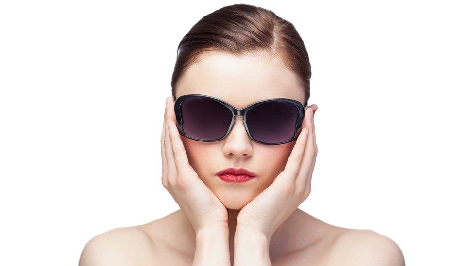 Una mujer con gafas oscuras