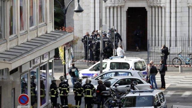 Des policiers français se tiennent à l'entrée de la basilique Notre-Dame de Nice, France, 29 octobre 2020