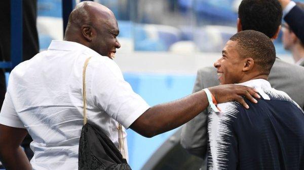Mbappe y su papá al llegar al estadio para el encuentro contra Uruguay.