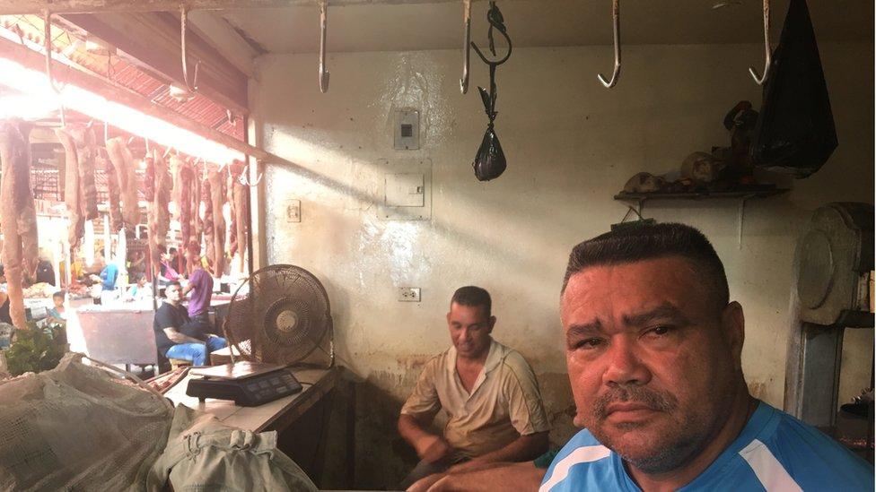 Los carniceros del mercado de Las Pulgas, en Maracaibo, cuentan que está hartos de que los apagones echen a perder su mercancía.