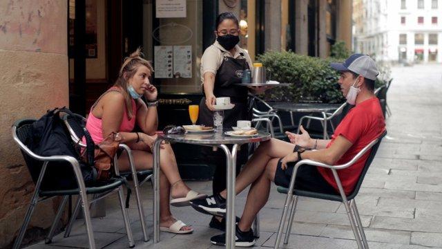 Petit-déjeuner sur la terrasse d'un bar le premier jour d'utilisation obligatoire des masques partout dans la région de Madrid
