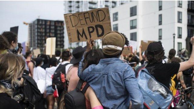 """""""Desmantelemos la Policía"""", se ha convertido en un de los reclamos más escuchados en las protestas en EE.UU."""
