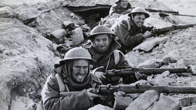soldados británicos en una trinchera combate de Bardia
