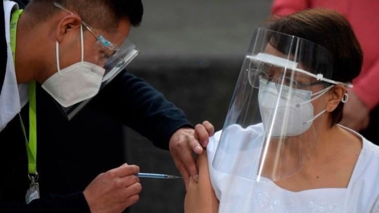 Una enfermera mexicana recibiendo la vacuna.
