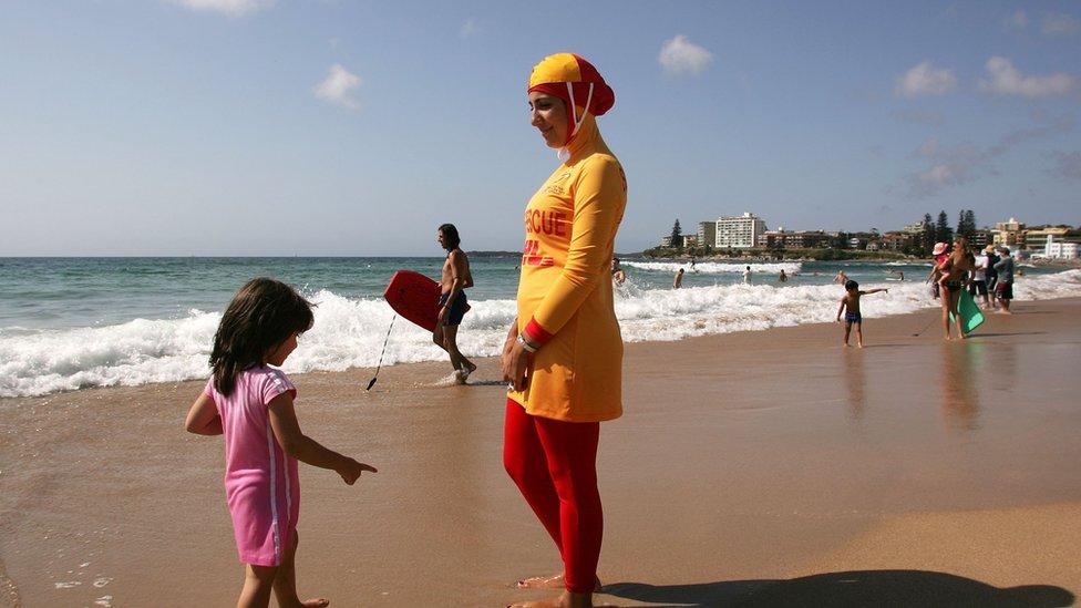 Una salvavidas con burquini en una playa australiana.