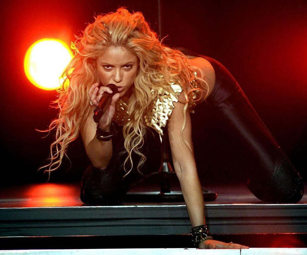 Shakira canta