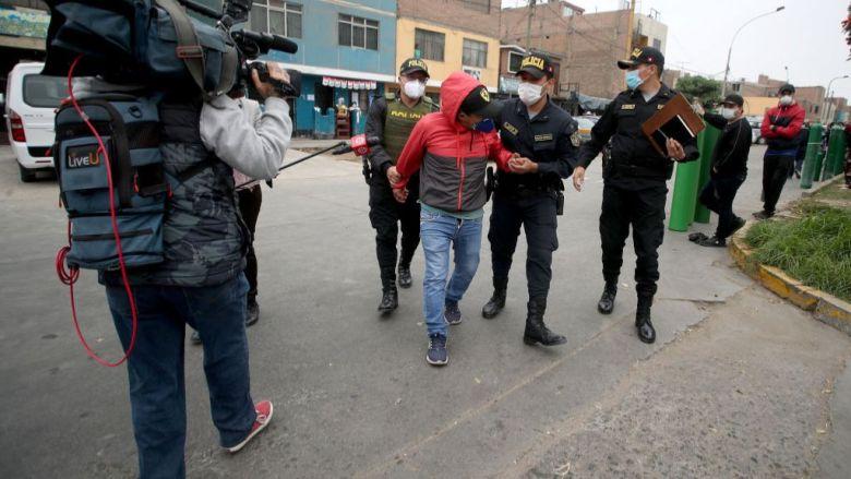 La policía local ha capturado a varias personas acusada de especular con los precios de los balones de oxígeno en Perú.