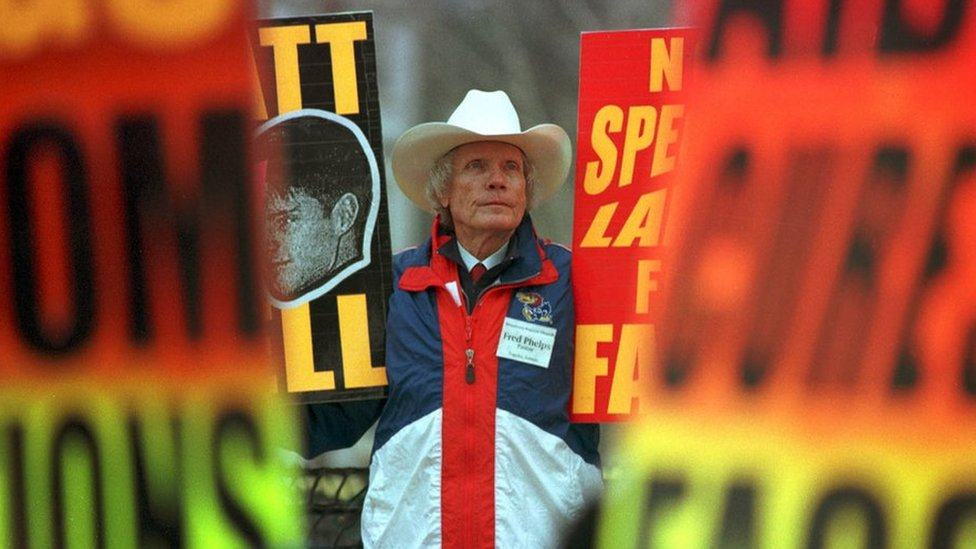 El reverendo Fred Phelps protestando en 1999.