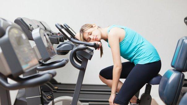 Mujer durmiendo en un gimnasio