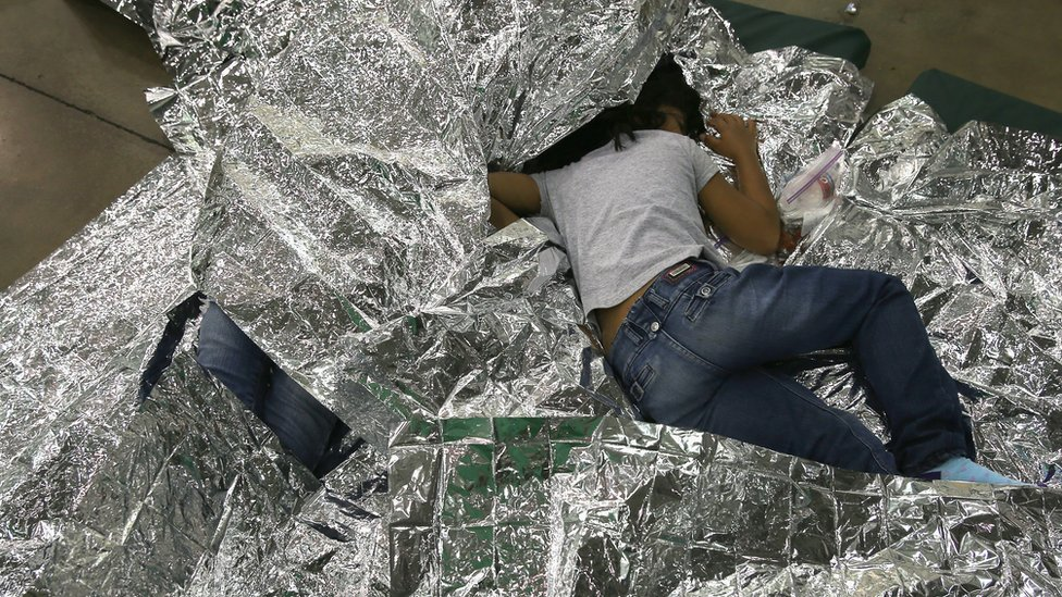 Una niña duerme encima de mantas isotérmicas en un lugar de detención de la Patrulla Fronteriza de EE.UU. en 2014.