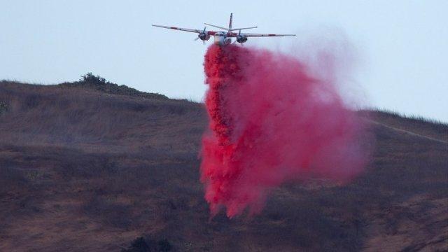 Un avion fait une chute retardatrice sur le Silverado Fire brûle près de Lake Forest, Californie, États-Unis, 26 octobre 2020