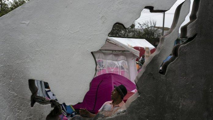 Migrante en un campamento para personas deportadas cerca de la frontera entre México y EE.UU.
