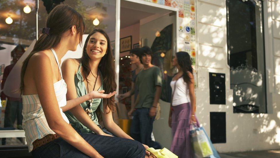 Dos jóvenes mujeres conversan