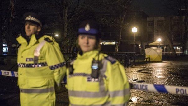La policía acordonó las inmediaciones del banco donde encontraron inconsciente a Skripal y a una mujer de 33 años.