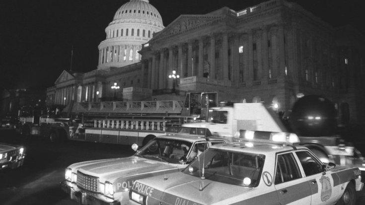 1983 के हमले के बाद कैपिटल के बाहर पुलिस की कारें