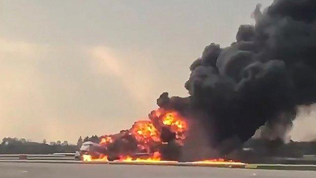 Avión incendiado en Moscú.
