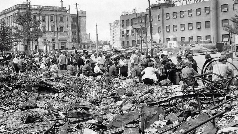 Japoneses en medio de ciudad destruida