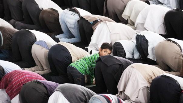 Niño en una mezquita
