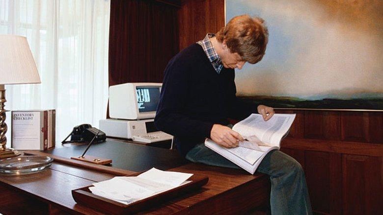Bill Gates lee un libro en su juventud