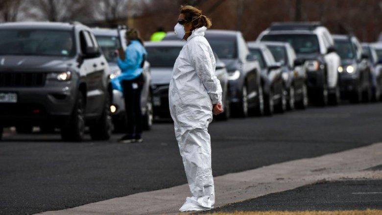 Una mujer con traje protector por el coronavirus en Colorado