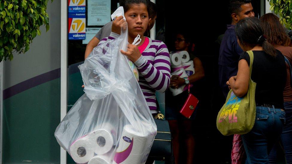 Una mujer con papel higiénico
