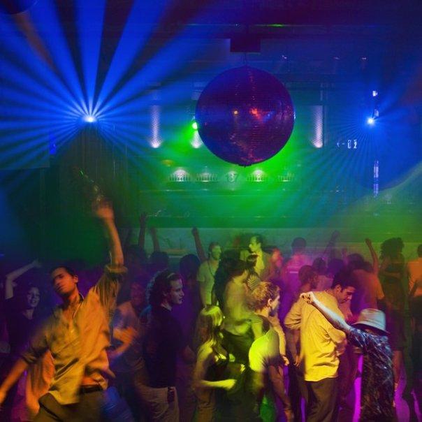 Gente bailando en una discoteca