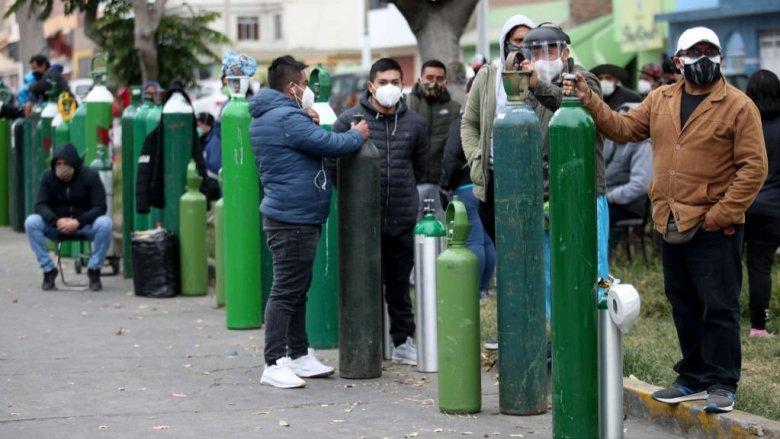 Filas de personas haciendo fila para conseguir oxígeno.