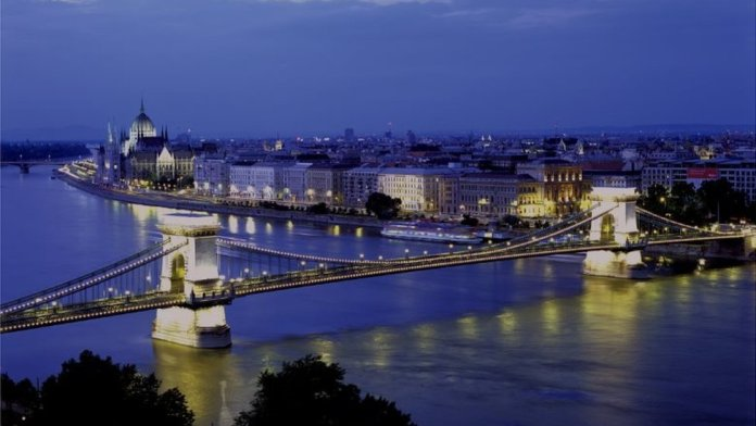 Szechenyi Lanchid chain bridge over the Danube, Budapest
