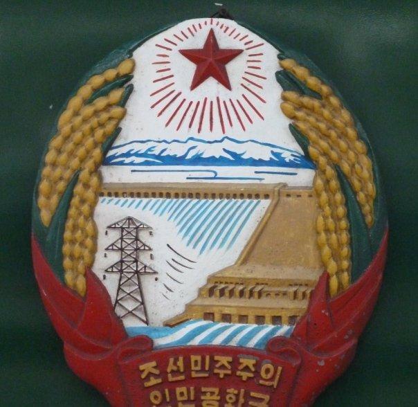 Escudo de Corea del Norte en un vagón de tren en Pyongyang.
