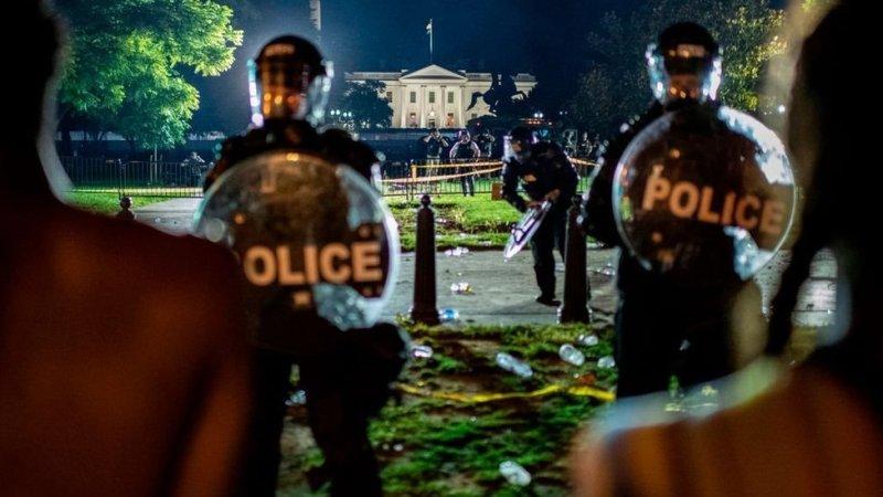 Manifestantes frente a la policía del Servicio Secreto afuera de la Casa Blanca, en Washington D.C., el 30 de mayo.