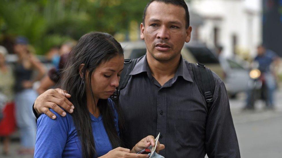 Dos familiares de presos que estaban en la comisaría.