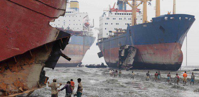 Desguace de buques en Alang.