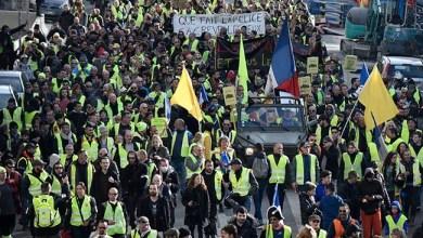 الشرطة الفرنسية يطلقون النار الغاز المسيل للدموع أحدث & # 039 ؛ سترة صفراء & # 039 ؛ الاحتجاجات تحول العنف 6