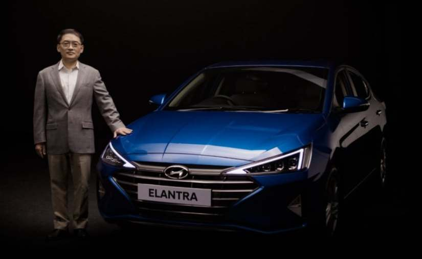 S S Kim, MD y CEO, Hyundai India con el recién lanzado sedán conectado Hyundai Elantra