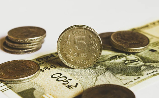 Rupee Settles Lower To 73.42 Against Dollar Amid Rising COVID-19 Cases