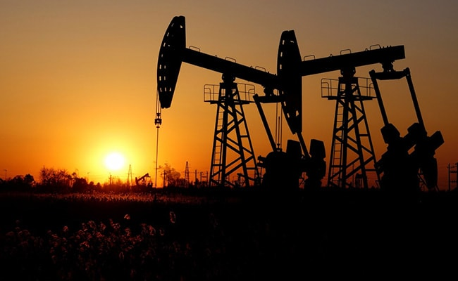 तेल रिफाइनर अप्रैल में कम कच्चे तेल की प्रक्रिया करते हैं क्योंकि महामारी की मांग, गतिशीलता Mo