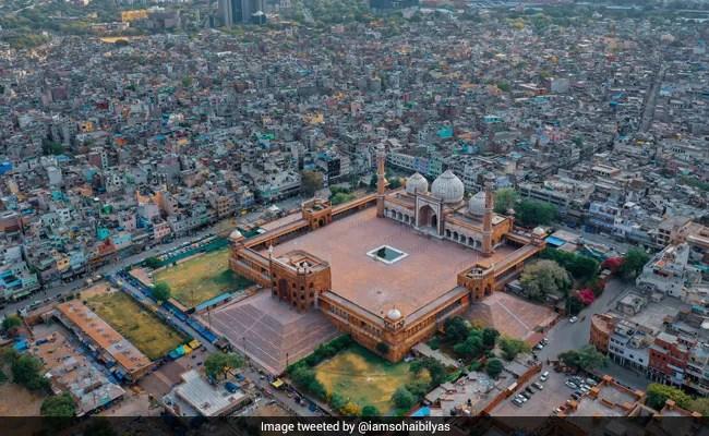 दिल्ली की जामा मस्जिद में एक अलग ईद दिखाती एरियल फोटो