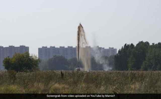 YouTuber कोका-कोला के 10,000 लीटर के साथ विशाल विस्फोट बनाता है