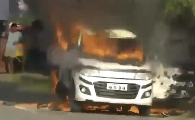 आंध्र प्रदेश में three इनसाइड सेट के साथ आग लगी कार