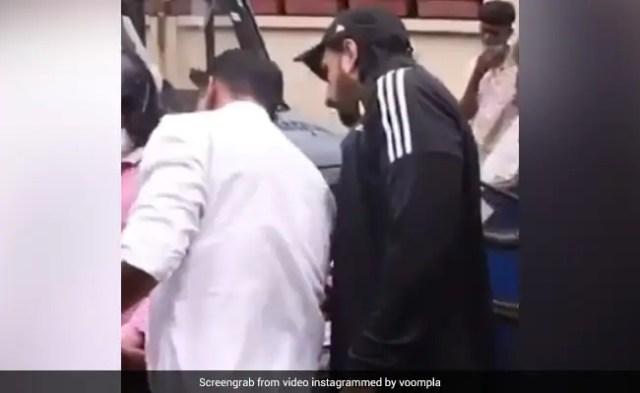रणवीर सिंह की कार में बाइक सवार ने मारी टक्कर, एक्टर ने गाड़ी से उतर किया ऐसा- देखें Video