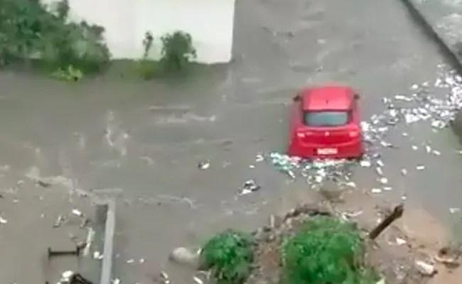 गलियों में बाढ़, सड़क पर बहती कार, बैंगलोर में भारी बारिश के बाद कुछ ऐसा नजारा दिखा, देखें VIDEO