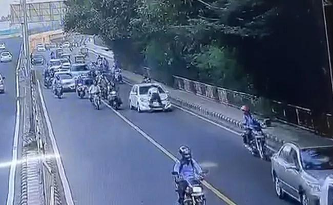 CCTV में कैद : ट्रैफिक पुलिसकर्मी को कार के बोनट पर 400 मीटर तक घसीटा, दो गिरफ्तार