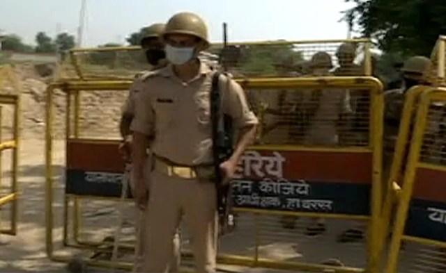 हाथरस गाँव की सीमाएँ 2 दिनों के बाद खुलीं, रिपोर्टर्स को प्रवेश की अनुमति दी गई