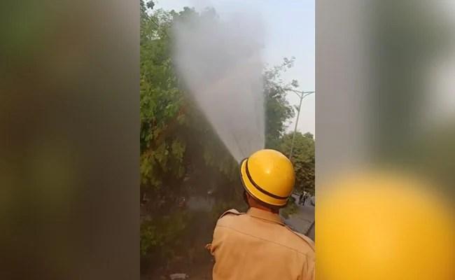 दिल्ली में प्रदूषण पर नियंत्रण के लिए फायर डिपार्टमेंट ने कसी कमर, पानी का छिड़काव शुरू